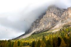 outono em Passo Falzarego, dolomites, cumes italianos Imagem de Stock