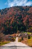 outono em uma estrada da montanha imagens de stock