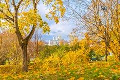 outono em Veliky Novgorod, Rússia St Sophia Cathedral com a torre de sino quadro por árvores do outono Imagem de Stock Royalty Free