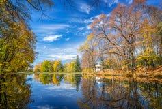 outono ensolarado no parque sobre o lago Imagens de Stock
