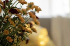 outono escandinavo decoração inspirada da casa - close up do ramalhete das flores dos mums, sala de visitas acolhedor, Sofa Cushi foto de stock