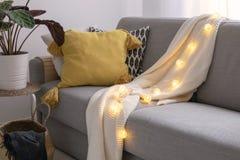 outono escandinavo decoração inspirada da casa - sala de visitas acolhedor, Sofa Cushion, cesta do traw, ramalhete das flores dos fotos de stock