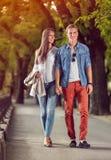outono exterior de passeio dos pares loving felizes fotografia de stock royalty free