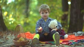 outono feliz das crian?as Jogo no rapaz pequeno da floresta do outono no jardim do outono Criança bonita do outono na natureza da filme