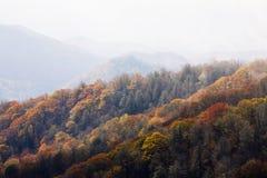 Outono, grandes montanhas fumarentos NP imagens de stock