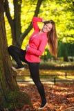 outono. Jovem mulher completa da menina do comprimento na floresta outonal do parque. Imagens de Stock