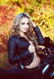 outono, motociclista, mulher, estrada, exterior, cavaleiro, modelo, rodas, t-shi Fotos de Stock