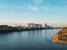 outono na água de Colônia: Arquitetura da cidade da água de Colônia, Alemanha com catedral imagem de stock