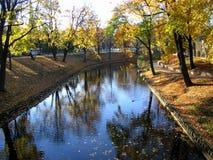 Outono na cidade. Imagem de Stock
