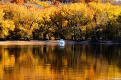 outono no rio imagens de stock