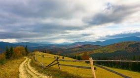outono Paisagem da montanha com uma estrada de terra vídeos de arquivo