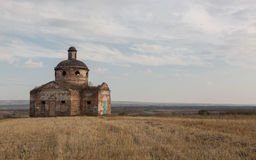 outono pastoral, igreja abandonada na paisagem rural Imagem de Stock