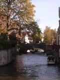 Outono pelo canal, Bruges. imagem de stock