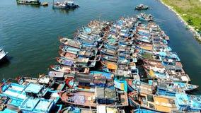 A outra vista: Barcos de pesca do golfo interno da ilha tropical asiática imagens de stock royalty free
