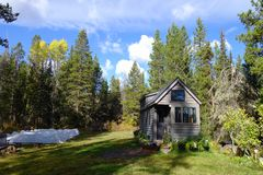 Outre de la maison minuscule de grille dans les montagnes Image libre de droits