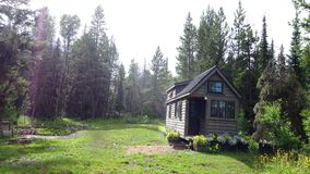 Outre de la maison minuscule de grille dans les montagnes Photographie stock