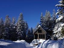 Outre de la maison minuscule de grille dans les montagnes Photo stock