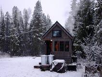 Outre de la maison minuscule de grille dans les montagnes Photographie stock libre de droits