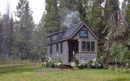 Outre de la maison minuscule de grille dans les montagnes Images libres de droits