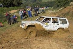 Outre de la route la voiture surmonte une boue Images libres de droits