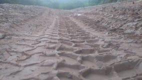 Outre de la route, les routes de boue, routes glissantes, PNEUS de VOITURE ONT IMPRIMÉ DANS LA TERRE Images stock