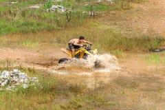 Outre de la route sur le vélo du quadruple 4x4 par le magma de boue Photo stock