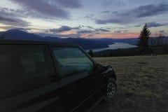 Outre de la voiture de route dans le paysage de montagne Images stock