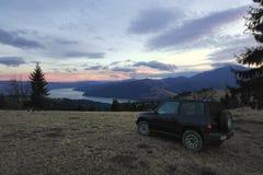 Outre de la voiture de route dans le paysage de montagne Photo libre de droits