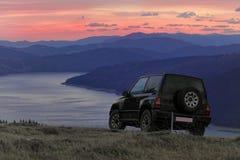 Outre de la voiture de route dans le paysage de montagne Image stock