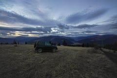 Outre de la voiture de route dans la montagne Photographie stock libre de droits