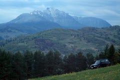 Outre de la voiture de route dans la montagne Photos libres de droits