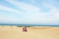 Outre des camions de route aux dunes de sable Image stock