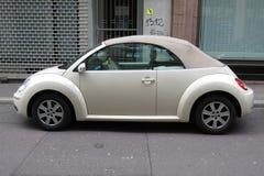 Outre du cabrio blanc de Volkswagen New Beetle Images stock