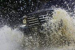 Outre du camion de sport de route entre le paysage de montagnes trekking du voyage 4x4 Voie sur la boue voiture tous terrains du  image stock