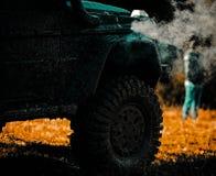 Outre du camion de sport de route entre le paysage de montagnes Voies sur un champ boueux Vue inférieure à la grande roue de voit photo libre de droits