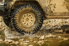 Outre du camion de sport de route entre le paysage de montagnes Vue inférieure à la grande roue de voiture tous terrains sur la r photo stock