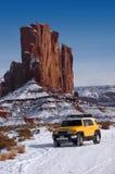 Outre du lecteur à quatre roues de route voyageant dans la neige de montagne Photo stock