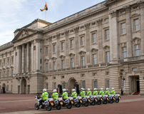 Outriders da motocicleta da polícia no Buckingham Palace foto de stock
