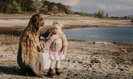 Outroor de la madre y de la hija imagen de archivo