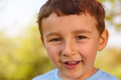 Outs sorridenti all'aperto del fronte del ritratto del ragazzino del bambino del bambino all'aperto Fotografie Stock Libere da Diritti