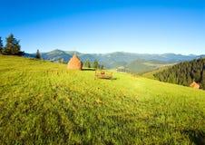 Outscirts del pueblo de montaña del verano Imagenes de archivo