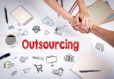 Outsourcingkonzept Die Sitzung am weißen Bürotisch Stockfotos