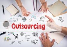Outsourcingkonzept Die Sitzung am weißen Bürotisch Lizenzfreie Stockbilder