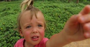 Outstretching χέρι μικρών παιδιών στη κάμερα φιλμ μικρού μήκους