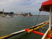 Outtrigger-Boot Abreiselucap-Hafen für den Sightseeing-Tour von Hundreed-Inseln Nationalpark, Alaminos, Philippinnes Lizenzfreies Stockbild
