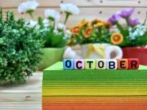 outubro Letras coloridas do cubo no bloco pegajoso da nota fotos de stock
