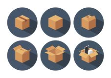 Ouvert et fermé réutilisez la boîte brune d'emballage de la livraison de carton Photo libre de droits