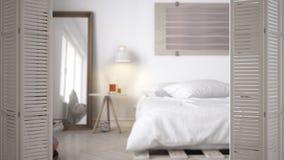 Ouverture blanche de porte de pliage sur la chambre à coucher minimaliste scandinave moderne avec le lit diy de palette, concepti photographie stock libre de droits