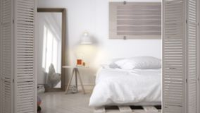 Ouverture blanche de porte de pliage sur la chambre à coucher minimaliste scandinave moderne avec le lit diy de palette, concepti photographie stock