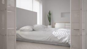 Ouverture blanche de porte de pliage sur la chambre à coucher minimaliste scandinave moderne, conception intérieure blanche, conc images stock